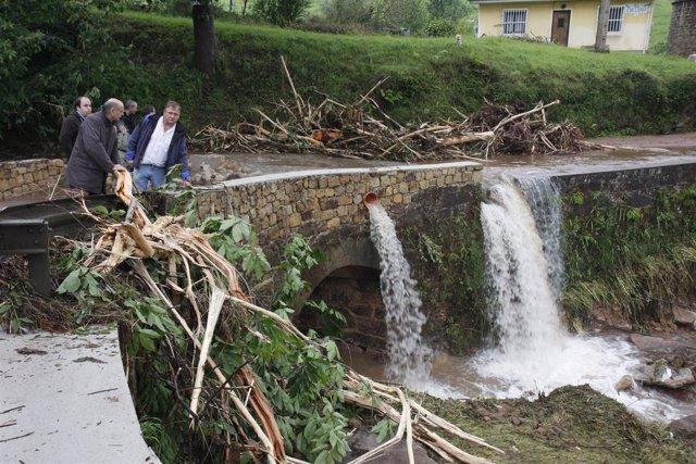 Mazón inspecciona los daños causados por las lluvias