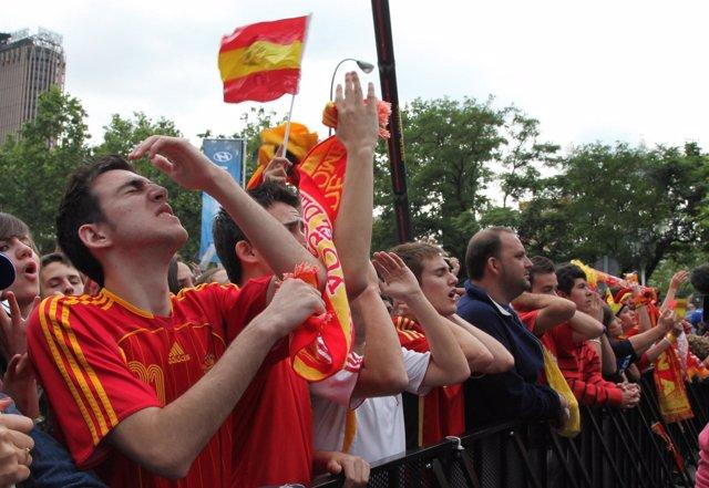 Aficionados españoles tras la derrota de la Selección en el Mundial