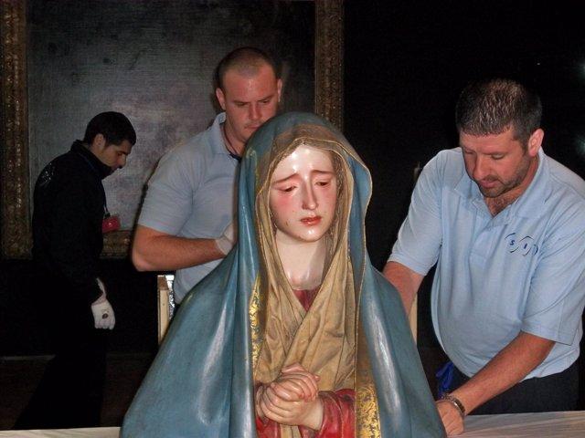 Técnicos comprueban el estado de un busto de la Virgen en el Museo San Gregorio