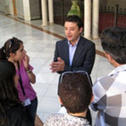Rafael Velasco atiende hoy a los periodistas en el Parlamento