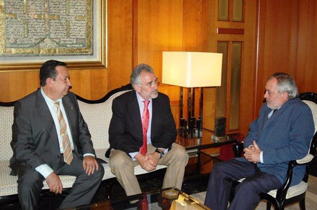 Fernández de Mesa (centro) y el alcalde de Córdoba (derecha)