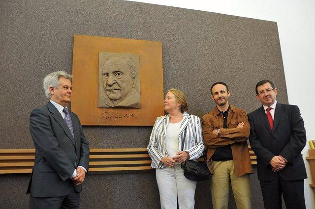 Escultura a Francisco Ayala en CajaGranada