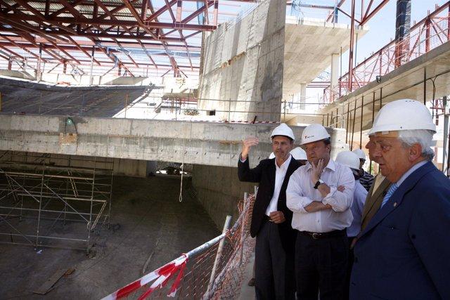 El alcalde visita los interiores del recinto, aún en construcción.