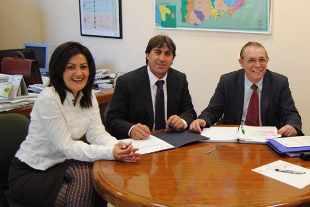 En el centro de la fotografía, el alcalde de Castilleja, Manuel Benítez.