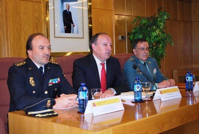 El delegado del Gobierno en Galicia (centro) con responsables de los cuerpos de