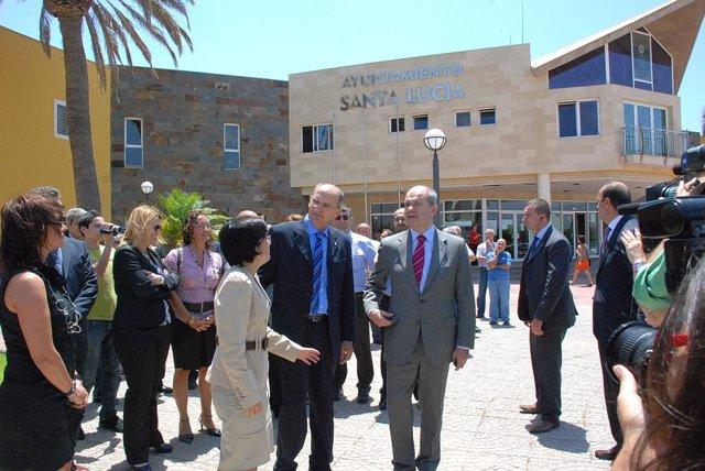 El ministro de Política Territorial, Manuel Chaves, en su visita a Santa Lucía (