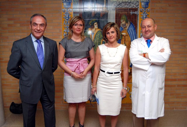 El alcalde junto a profesionales del hospital de Talavera