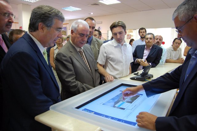 Luciano Alonso en la oficina de turismo de Mijas