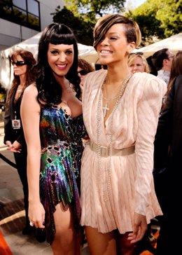 Katy Perry y Rihanna posando juntas