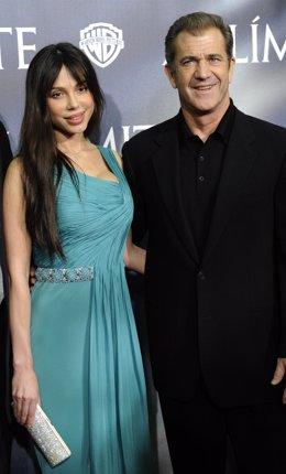 Mel Gibson posando con su ex, Oksana Grigorieva