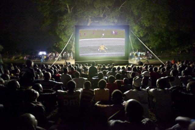 Población de Kenia viendo el Mundial en una pantalla gigante