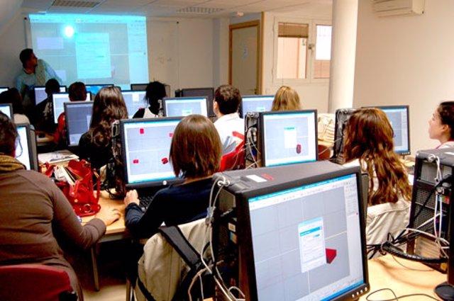 Jóvenes con ordenadores