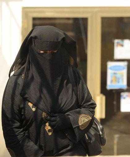Velo.- Santa Coloma (Barcelona) prohíbe el 'burka' en instalaciones municipales