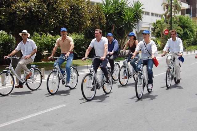 Flores durante la jornada inaugural del sistema de préstamo de bicis en Alicante