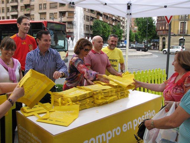 El reparto de las bolsas se ha realizado en varias calles de Logroño
