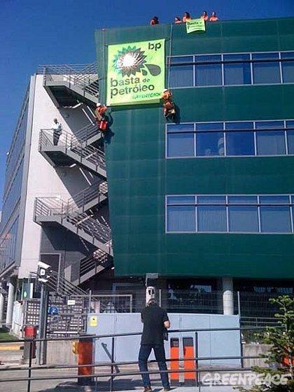 Activistas de Greenpeace se cuelgan de la sede de BP en Madrid