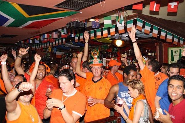 Holandeses en Madrid celebrando la victoria contra Brasil