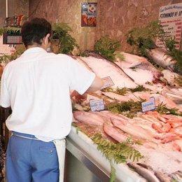 Un autónomo trabaja en su pescadería.