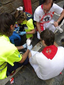 Voluntarios de DYA atienden a un corredor después del encierro de Sanfermines.