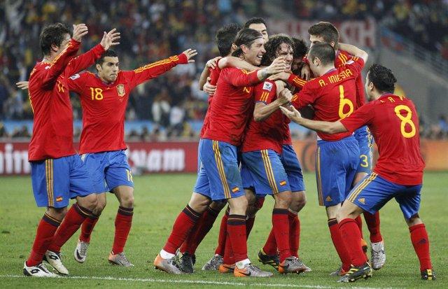 La roja, abrazada tras ganar a Alemania