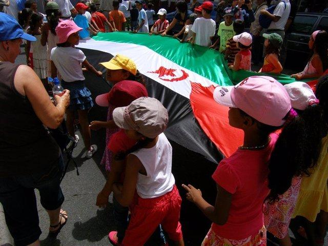 Niños saharauis en una marcha para pedir la autodeterminación