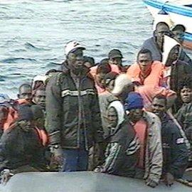 Interceptada una patera con 34 varones y dos mujeres, una embarazada, en la costa de Adra (Almería)