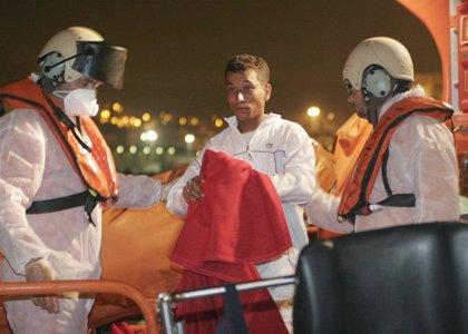 Rescatados diez varones adultos magrebíes que viajaban en una patera a cinco millas de Cabo de Gata
