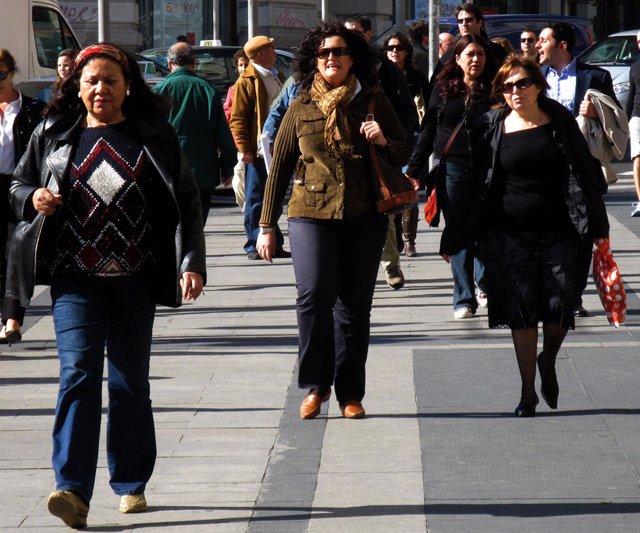 Mujeres caminando por las calles