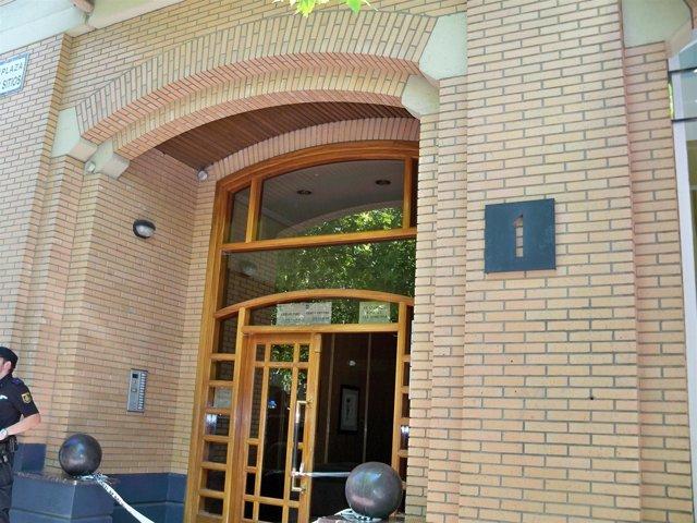 Portal donde apareció muerte una mujer, en la Plaza de los Sitios, 1, Zaragoza