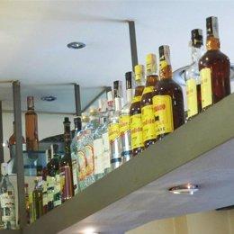 botellas de alcohol de diferentes marcas