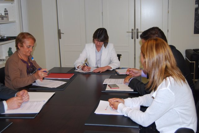 Rosa Quintana firma convenio con Cruz Roja