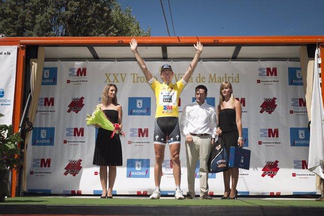 El ganador, con el maillot amarillo