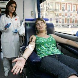 chica donando sangre autobus puerta del sol