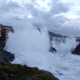 temporal, fuertes olas en castro urdiales