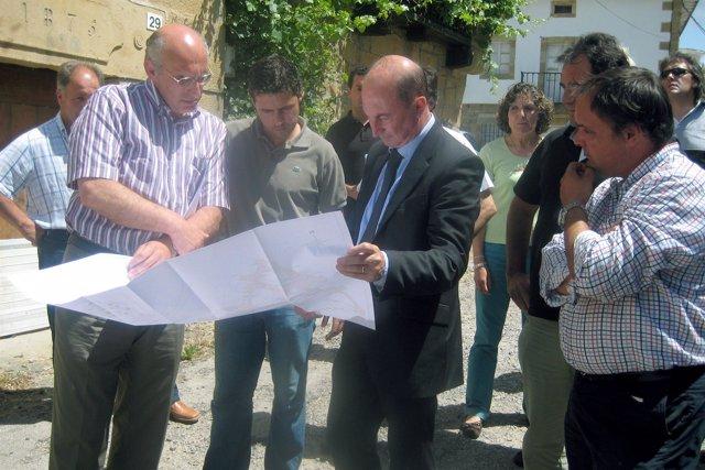 El director general de Administración Local, Joaquín Ruiz Sisniega; el alcalde d