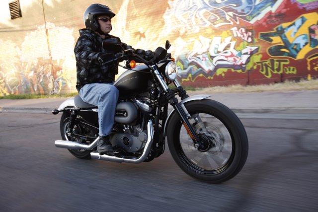 Motorista en una Harley