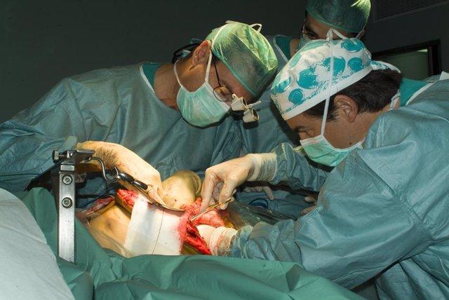 Cirujanos en un momento del trasplante de hígado