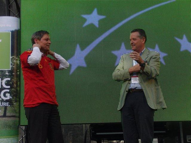 Asaja-Sevilla regala al Comisario Ciolos una camiseta de la selección española d
