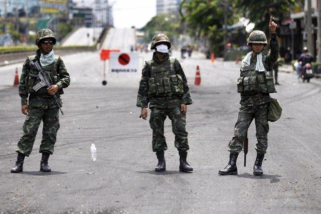 Soldados tailandeses dirigen el tráfico en Bangkok