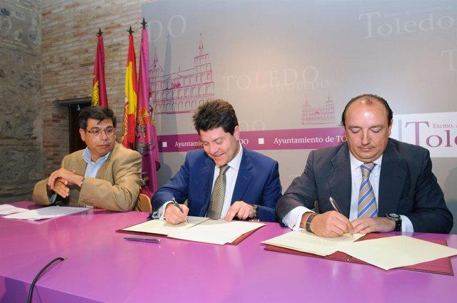 El alcalde (c) durante la firma del convenio