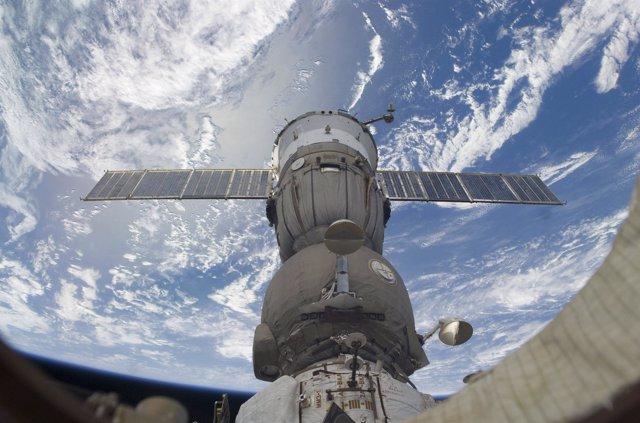 Nave rusa Soyuz acoplada a la ISS