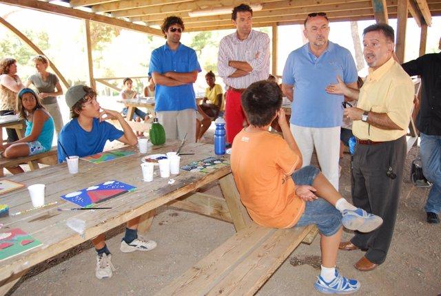 Llinàs (segundo por la dcha.), durante su visita al campamento.