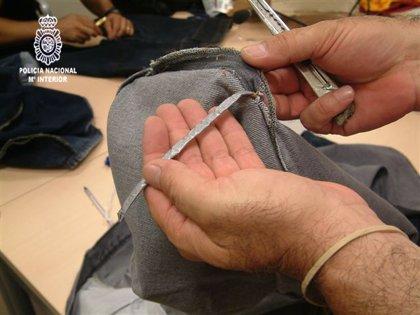 Intervienen cocaína oculta en las costuras de pantalones vaqueros