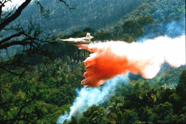 Avión descarga en un incendio
