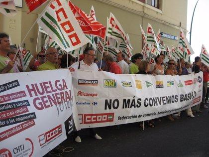 Más de 200 delegados de CCOO y UGT se concentran contra la firma del convenio de grandes almacenes