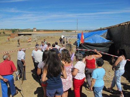 Más de 400 personas asisten al homenaje a las víctimas del Franquismo en Menasalbas (Toledo)