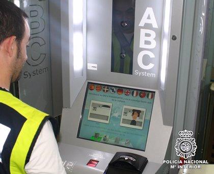 Más de 10.300 viajeros han utilizado el sistema automático de control fronterizo instalado en Barajas y El Prat