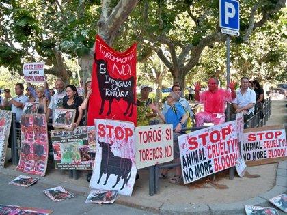 """Toros.- Los protaurinos reciben a Carod al grito de """"dictador, dictador"""" y silban a Montilla"""