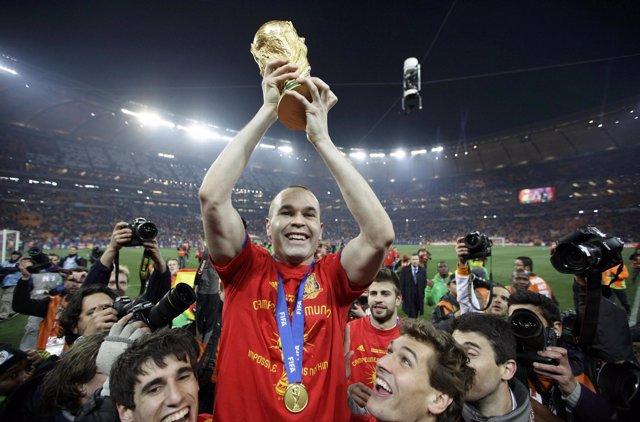 Iniesta con la Copa del Mundo