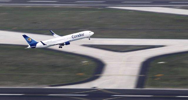 Avión despega